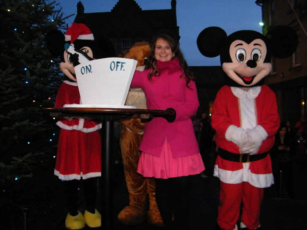 Photo: Wick's Gala Queen Switches On The Lights