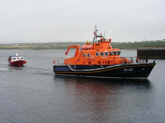 Photo: Thurso Lifeboat Tows Hebridean Warrior Back In To Scrabster